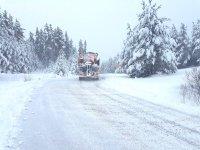400 машини обработват пътищата в районите със снеговалеж
