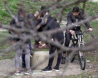 снимка 4 Група младежи се събира в столична градинка въпреки забраните(СНИМКИ)