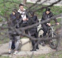 снимка 1 Група младежи се събира в столична градинка въпреки забраните(СНИМКИ)