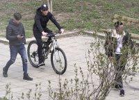снимка 7 Група младежи се събира в столична градинка въпреки забраните(СНИМКИ)