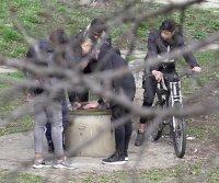 снимка 2 Група младежи се събира в столична градинка въпреки забраните(СНИМКИ)