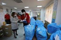 Зам.-министрите Зорница Русинова и Адриана Стоименова се включиха в раздаването на пакети с храна