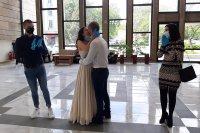 """Младоженци си казаха """"Да"""" със защитни маски и ръкавици (СНИМКИ)"""