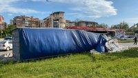 Камион се обърна на кръстовище във Велико Търново