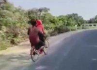 Историята на Джойти: 7 дни на колело с болния си баща