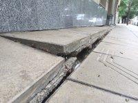 Столичен блок пропада в тротоар от години, тепърва търсят каква е причината